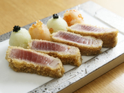 鮪の旨みを活かした調理法で、外はサックリ、中はしっとりレアに仕上がり、まるでお肉のような食べ応え感のある一品です。
