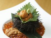 濃厚な雲丹の風味と、松前醤油で漬けたたっぷりのイクラを贅沢に味わえる一品。米は新潟産のコシヒカリが使われており、それぞれの素材の味が絶妙にお互いを引き立て合い、素敵なハーモニーを奏でます。
