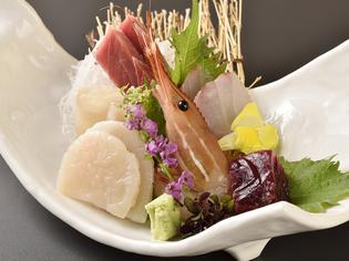 料理人自ら目利きした旬の食材を、季節を感じさせる料理に