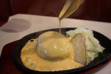 目の前で特製チーズソースをかけて仕上げる『チーズハンバーグ』
