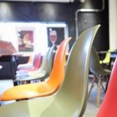 ポップな色の椅子に座れば楽しい気分に!