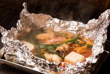 豪華な見た目に、魚介の旨みが溶けこんだ深い味わいの甘辛いスープが絶品『海鮮チゲ』