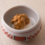 砥石、三重、大村といった長崎産のウニのみを使用しています。長崎のウニは小ぶりでありながら旨みが強く、濃厚な味わい。その風味を存分に味わえるよう、あえて海苔を巻かず、シャリとウニを器に盛って提供します。