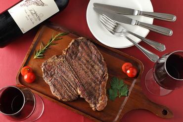 シンプルな味付けで旨味をダイレクトに味わえる『Tボーンステーキ』