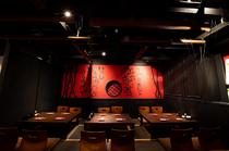 赤と黒を基調とした大人の空間。大人数での宴会にも最適