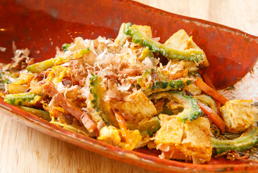 定番の沖縄料理に店オリジナルのアレンジを加えて。鰹出汁が香る『ゴーヤチャンプル』