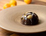 濃厚で品のある旨みに優れる七尾市中島町産『宮本さん』の牡蠣を主役とし、なめらかな口あたりのセロリソースをベースに、泡仕立てのソースを上に配し、黒トリュフでアクセントを。海と大地の滋味が集う一皿。
