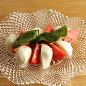 瑞々しく甘いトマトと、モッツァレラチーズの調和が秀逸な『水牛モッツァレラとひかりファームのトマト』