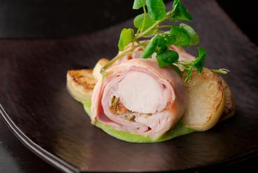 季節ごとに添えるソースが変わり楽しさが増す『イタリア産仔ウサギのインヴォルティーニ』