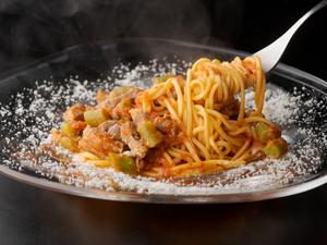 あっさりした鴨肉とトマトベースのソースは相性抜群『フランス産仔鴨のラグー(タリオリーニ)』