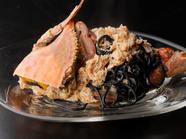 イカスミ入りの自家製パスタと、カニのおいしさを堪能できる『新湊産カニのラグー(イカスミのキタッラ)』