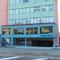 ピンクとブルーの外観が目を引くビルの1階が入り口