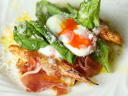 『イタリア産ホワイトアスパラのソテー 生ハムと半熟卵のビスマルク』
