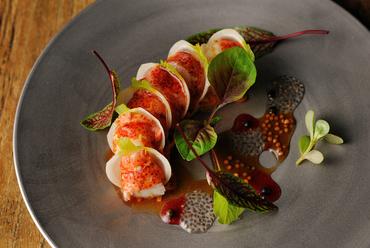 オマール海老と蕪のミルフィーユ 木苺のヴィネグレット