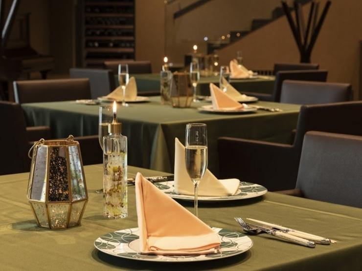 安心してお食事をお楽しみ頂ける様、テーブル間隔を空けて配置しております