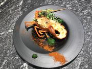 ミライエダイニングの人気コース「近江牛会席」の一皿。生簀の新鮮な伊勢海老をお客様へご覧頂いてから調理致します。12種類のスパイスを配合したオリジナルのスパイスが食欲をそそります。