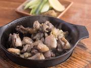 歯ごたえがしっかりしていて、脂身が美味しいのが特徴の国内産の地鶏を炭火焼きに。店でブレンドした塩で味付けし、炭火で一気に焼き上げてくれます。中身が程良いレアで、やみつきになる味わいです。