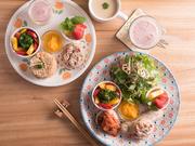 グルテンフリー、卵・乳製品不使用。佐賀野菜を使ったサラダに季節のフルーツ、「グレインマイスター」の資格を持つオーナー特製玄米パンなど盛りだくさん。野菜につける「ドレッシング」はお店で購入できます。