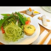 サラダ(大)・ピクルス・スープ・玄米スティックパン たっぷり野菜サラダと、季節のスムージー。動物性タンパク質が一切使われていないのでベジタリアンの方におすすめ。