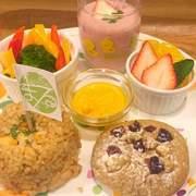 まるぱん・豆腐ハンバーグ・野菜スティック・季節のスムージー・フルーツ・人参ドレッシング・米粉マフィン