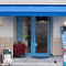 青の扉やシェードが目を引く癒しのカフェ