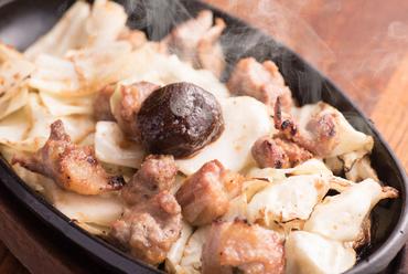 店自慢の辛味噌で堪能する『地鶏辛味噌鉄板』