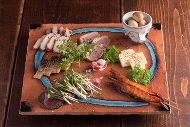 いろいろな食材の燻製が堪能できる『自慢の燻製7種盛り』