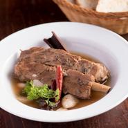 ニンニク・唐辛子などスパイスを効かせた薬膳スープに、スペアリブや野菜を加え煮込んだ一品。シンガポールの定番料理を日本人の口に合うようにアレンジした店の人気メニューです。