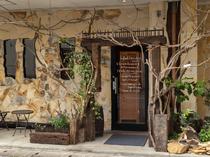 木の風合いが素敵な入口。店主手づくりの花壇も