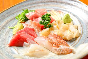 生の本マグロを中心に、その日の新鮮な魚を贅沢に盛り付けた、目にも鮮やかな『刺身盛合せ』