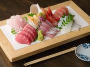 石川で水揚げされる旬魚介を店主が毎朝、金沢港の魚市場で仕入れ。身のしまりと旨みが絶品の鮮魚を、絶妙な包丁捌きでお刺身に仕立てます。いろいろ味わってほしいから、1人前から7~8種を盛り合わせ!