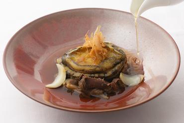 鮑に牛テール、それぞれの味を絶妙なバランスで合せる『鮑と牛テールのコンソメ』