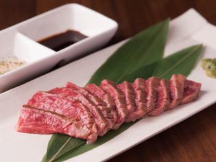 お酒のお供としても、食事としても万能な『炙り和牛刺し』