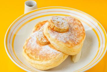 リコッタパンケーキ w/ フレッシュバナナ、 ハニーコームバター