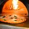 石窯と薪を使って焼くローマピッツァ
