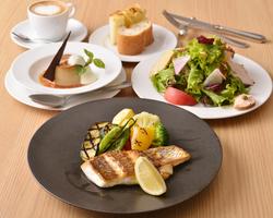 前菜盛合せ、パスタ2種、メイン料理をシェアスタイルで楽しいひとときを。フリードリンク付きの宴会プラン