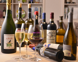季節のおすすめコースにソムリエが料理に合わせて厳選のグラスワイン4杯付きのお得なコース。
