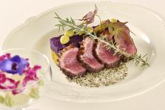 魚料理もついたWメインの野菜たっぷり美食家コース。旨味たっぷりのフォアグラ鴨をワインとともに堪能。