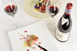 活ロブスター付の美食家コース。鮮度抜群の旨味たっぷりのロブスターや極上の鴨をワインとともに楽しんで。