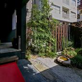 小さな日本庭園を眺めながらの食事は格別