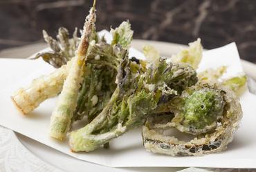 大地の恵みを味わい尽くせる! 『季節の山菜の天ぷら』