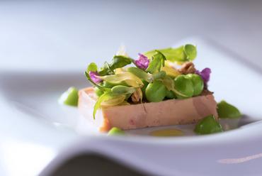 フォアグラの美味しさを春の食材でつなぎ合わせた『前菜』
