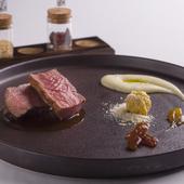 肉との相性のよい食材で、ひと皿を見事にまとめあげた『仔羊のロース肉のロティ』