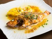 冬はブリ、春はメバルなど、旬の魚をにんにくとオリーブオイルで焼き上げた一品。無農薬レモンを絞り、さわやかな味わいに仕上げています。