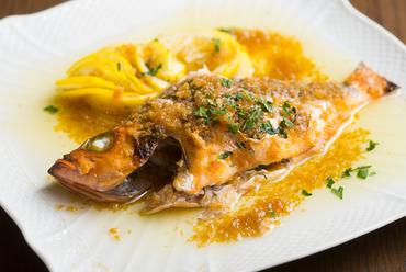 富山湾産の旬の鮮魚を使った『キトキト鮮魚のグリル 広島産のレモン』
