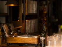 600枚のレコードと上質のスピーカーで、音楽の楽しさも提供