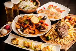 UK風、肉肉ステーキフリットと、豪華な魚介をタップリ使用したシュリンプコンボ。 飲み放題90分付き