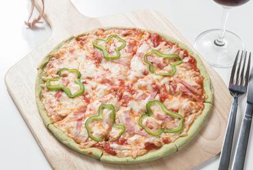 グリーンの生地に驚き!『mixピザ』