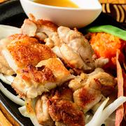 県産のやんばる若鶏登場!やんばる若鶏特有の、やわらかくジューシーな肉質をお楽しみください。特製シークワーサーソースでどうぞ。