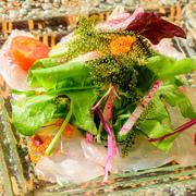 沖縄名産のサトウキビから作られる、ミネラル・ビタミン類が豊富とされる「黒糖」を使い、県魚「グルクン」をうら庭流の南蛮漬けにしました。口の中に広がる甘酸っぱさがたまりません。